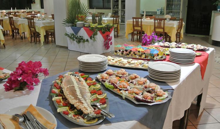 Tavolo degli antipasti misti mare e terra t