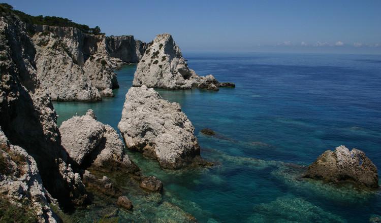 Le insenature e la tipica roccia dell'isola di San Domino